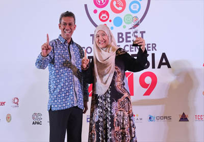 General Manager Honda Customer Care Center (HC3) AHM Istiyani Susriyati (kanan) menerima penghargaan sebagai salah satu Contact Center dengan performa terbaik dari ketua umum Indonesia Contact Center Association (ICCA) Andi Nugraha pada ajang The Best Contact Center Indonesia (TBCCI) 2019 di Hotel Shangri-La, Jakarta, Selasa (10/9/2019).