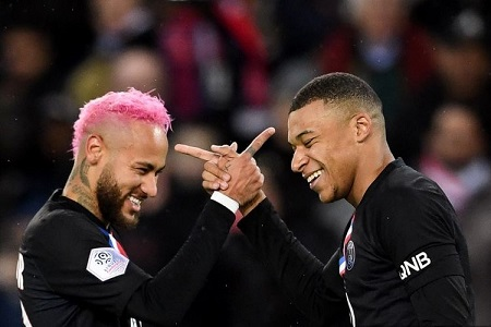 Pemain depan Prancis Paris Saint-Germain Kylian Mbappe (kanan) mendapat ucapan selamat dari pemain depan Paris Saint-Germain asal Brasil Neymar setelah mencetak gol selama pertandingan sepak bola L1 Prancis antara Paris Saint-Germain (PSG) dan Montpellier Herault SC di stadion Parc des Princes di Paris, pada 1 Februari 2020.
