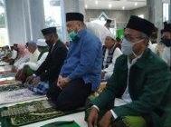 Bupati Inhu, Yopi Arianto melaksanakan Salat Idul Fitri di Masjid Darussalam, Desa Seresam, Kecamatan Seberida, Inhu, Minggu (24/5/2020).