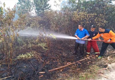 Pemadaman kebakaran hutan dan lahan (Karhutla) di Jalan Kesadaran, Kelurahan Maharatu