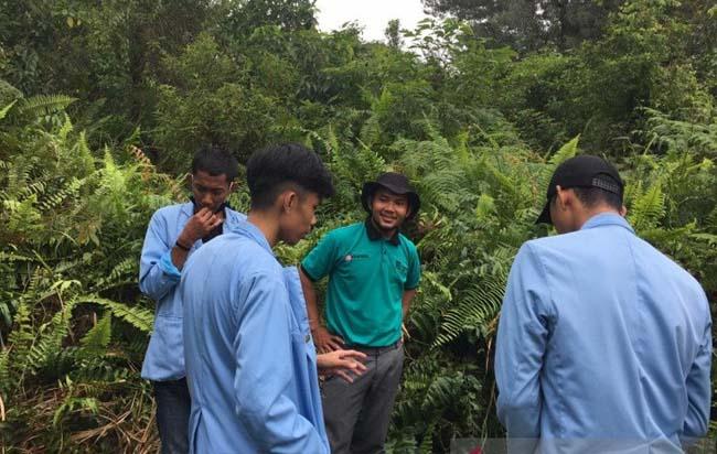 Mahasiswa UR ketika Kukerta di Kampung Rawa Mekar Jaya, Sungai Apit, Siak.