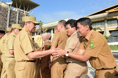 Gubri dan ASN di lingkungan Pemprov Riau salam-salaman di hari pertama masuk kerja pasca cuti bersama.