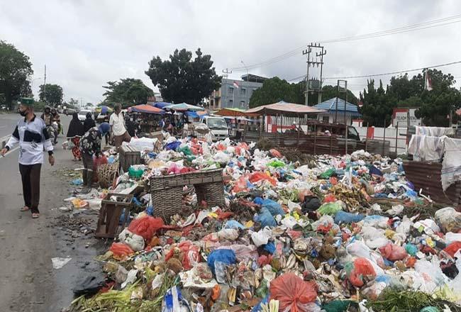 Tumpukan sampah di salah satu jalan di Pekanbaru.