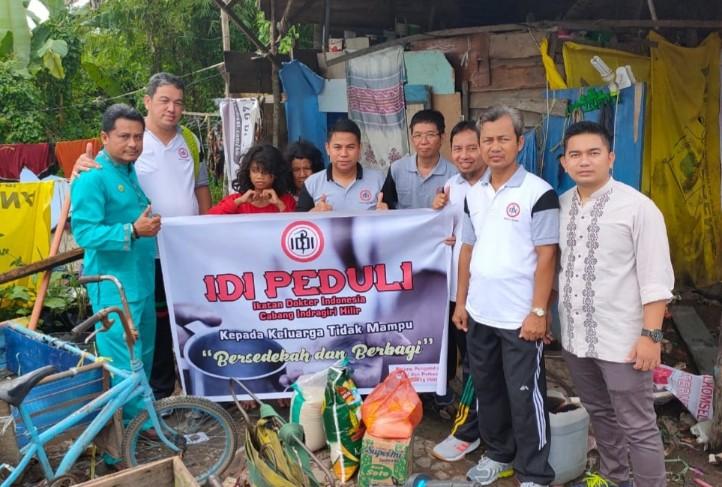 IDI Inhil saat memberikan bantuan kepada warga kurang mampu