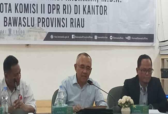 Anggota Komisi II DPR RI Arsyadjuliandi Rachman saat kunjungi Bawaslu Riau. Foto: Antara