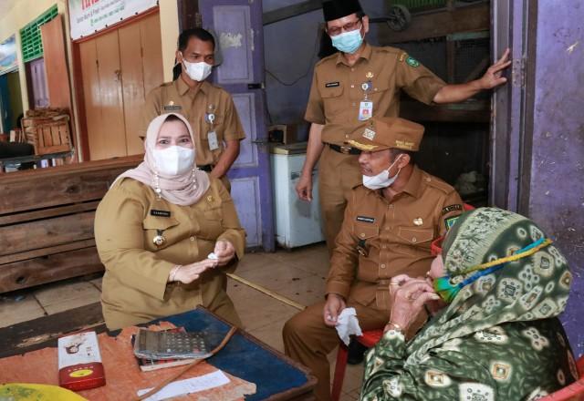 Bupati Kasmarni didampingi Wakil Bupati saat berbincang dengan pedagang.