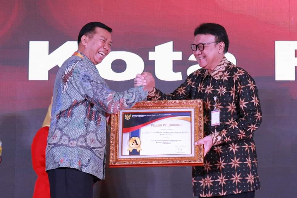 Walikota Pekanbaru saat menerima piagam penghargaan