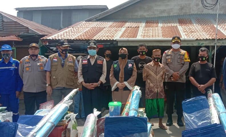 Bupati Wardan saat menyerahkan bantuan kepada korban bencana tanah longsor, Sabtu (11/7/2020) pagi.
