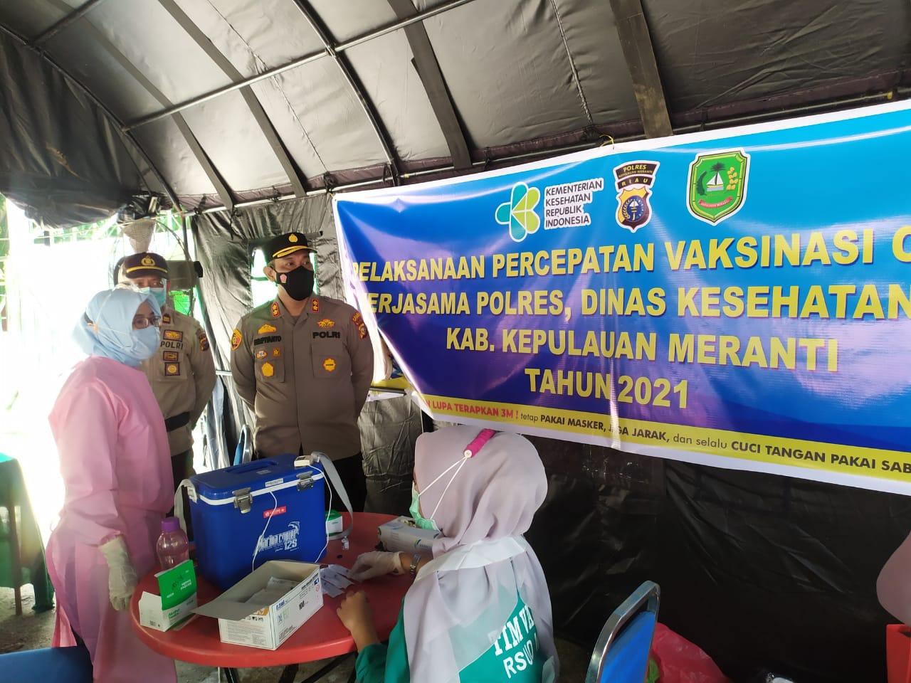 Kapolres Kepulauan Meranti, AKBP Eko Wimpiyanto Hardjito SIk saat meninjau percepatan vaksinasi di Taman Cik Puan, Selatpanjang