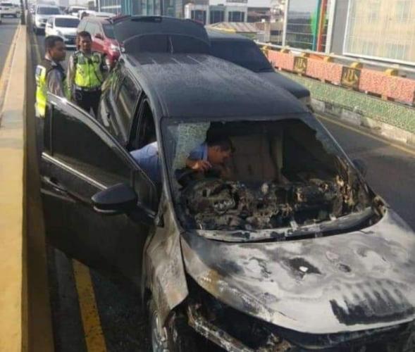 Kondisi mobil LMPV yang terbakar. Foto IST