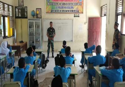 Anggota Satgas TMMD saat menjadi guru di sekolah dasar.