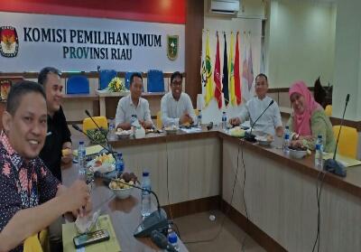 Ketua PWI Riau H Zulmansyah Sekedang SSos ditetapkan sebagai Ketua Tim Penilai KPU Kabupaten/Kota se-Riau.