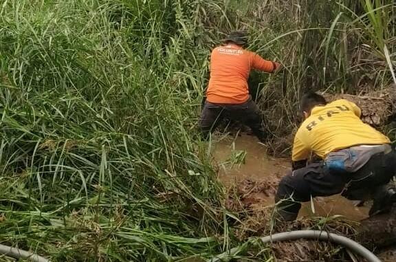 Relawan menggali parit untuk mendapatkan sumber air guna memadamkan api.