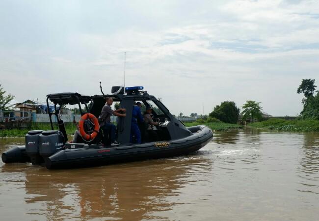 Polair Polda Riau saat melakukan pengecekan di sejumlah pintu air di Sungai Siak.