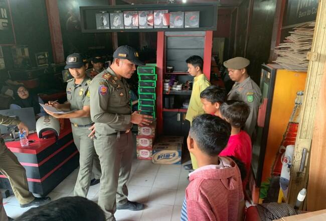 Sejumlah pelajar terjaring Satpol PP Riau saat asik main game online di warnet.