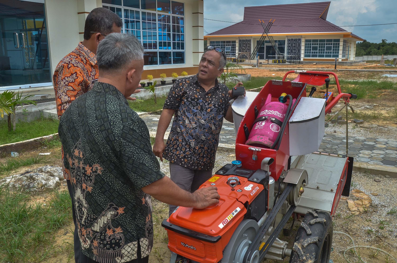 Abdul Hakim Pane selaku Inovator memperlihatkan traktor tangan berbahan bakar gas saat melakukan sosialisasi di Riau Science Techno Park Jalan Pasir Putih, Kecamatan Siak Hulu, Kabupaten Kampar, Riau, Kamis (1/11/2018).  FOTO: Wahyudi