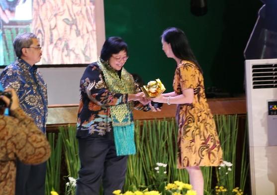 Menteri LHK, Siti Nubaya Bakar menyerahkan penghargaan Adiwiyata Mandiri kepada Djuwita Ratna, SPd, Koordinator SD Global Andalan di Auditorium Dr Ir Soedjarwo, Gedung Manggala Wanabhakti, Jakarta Pusat.