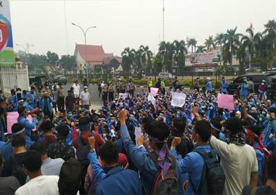 Aksi mahasiswa UIN Riau melawan asap kemarin.