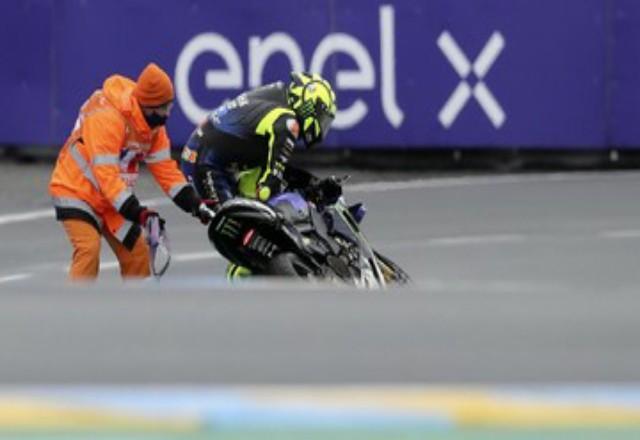 Valentino Rossi saat jatuh di MotoGP Prancis 2020. Foto: CNNIndonesia