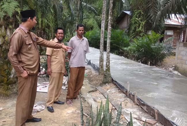Pembangunan semenisasi jalan di Kelurahan Rimba Melintang.