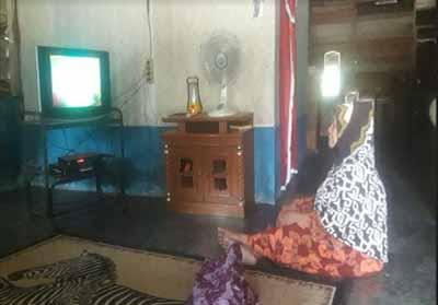 Berkat listrik yang terpasang gratis, kini Nenek Warti (80) bisa terhibur dengan menonton siara di TV.