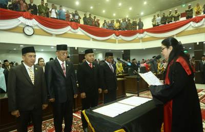 Wakil Kepala Pengadilan Agama Tembilahan ambil sumpah jabatan unsur pimpinan DPRD Kabupaten Inhil, tampak pada sudut kanan ketua DPRD Inhil.