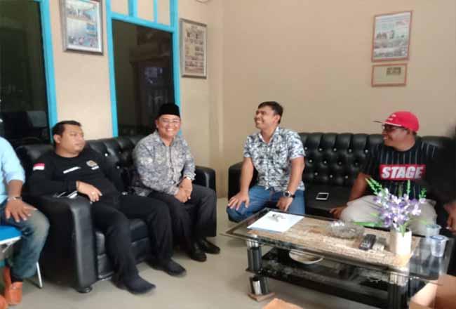 Bacabu Pelalawan Budi Artiful saat menyambangi kantor PWI Pelalawan.