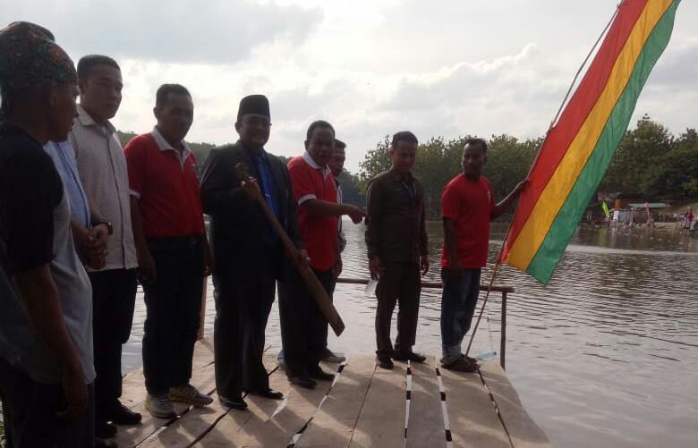 Asisten Tata Pemerintahan Pemkab Rohul, M.Zaki didampingi Kadisparbud, Ketua Koni dan Ketua panitia pelaksanaan kegiatan, saat membukan festival danau Sipogas, dengan kegiatan beragam lomba.