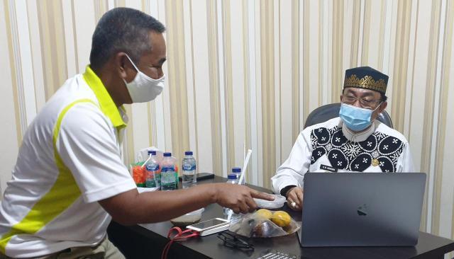 Bupati Kabupaten Indragiri Hilir (Inhil), HM Wardan saat seleksi 7 video yang bakal berlomba dalam ajang Lomba Inovasi New Normal di tingkat Nasional.