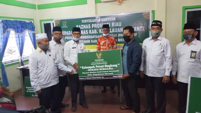 Penyerahan bantuan Rp300 juta ke Baznas Kabupaten Kepulauan Meranti.
