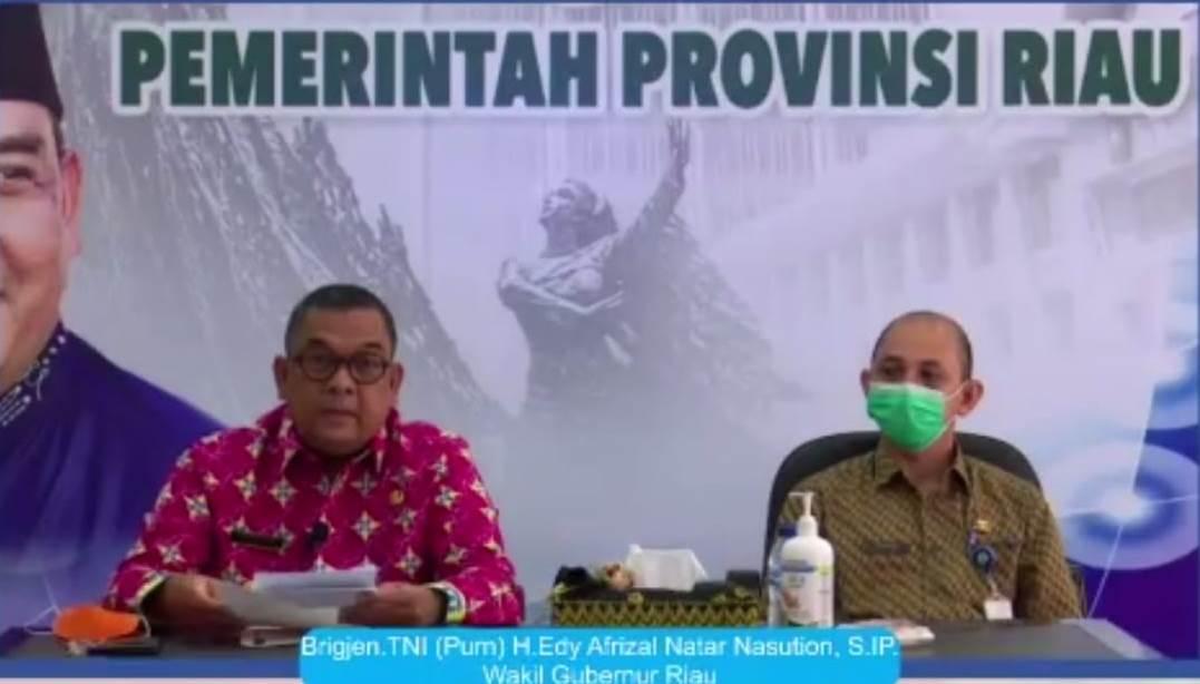 Wakil Gubernur Riau Edy Natar Nasution (kiri) secara resmi menutup Program Peningkatan Keterampilan Tenaga Kerja pada Kamis (5/11/2020).