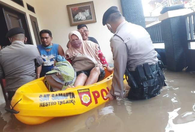 Personel TNI Polri bantu korban banjir.