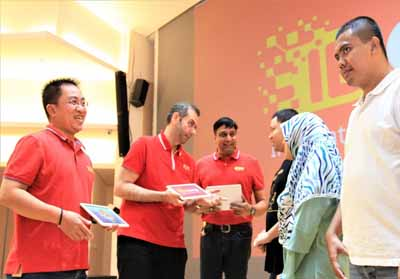 Tampak pada gambar President Director & CEO Indosat Ooredoo, Ahmad Abdulaziz A A Al-Neama (empat dari kanan), Director & Chief Operating Officer, Vikram Sinha (paling kanan), Director & Chief Human Resource Officer, Irsyad Sahroni (dua dari kiri), SVP-Head of Corporate Communications Indosat Ooredoo, Turina Farouk (paling kiri), dan perwakilan komunitas developer saat berfoto bersama setelah peluncuran IDCamp Indosat Ooredoo di Jakarta (2/8).