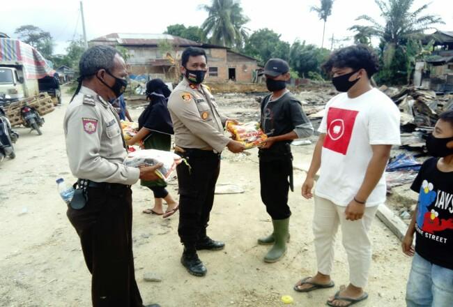 Polsek Batang Cenaku, menyalurkan bantuan untuk belasan korban bencana kebakaran di Pasar Batu Papan.