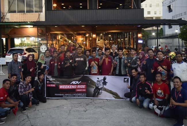Peserta bikers dan konsumen Honda ADV 150 foto bersama usai mengikuti Honda ADV 150 Weekend Ride di sebuah kafe Jalan Jenderal Sudirman Pekanbaru.