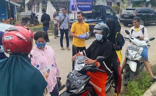Bacalon Bupati Rohil, Muhammad Maliki bersama tim relawan membagikan cairan disinfektan di Bagan batu, Kecamatan Bagan Sinembah.