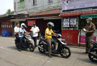 Pembagian masker ke warga.