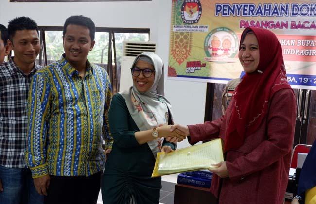 Rezita Meylani – Junaidi Rachmat (Rajut) menyerahkan dokumen dukungan ke Komisi Pemilihan Umum (KPU) Daerah Indragiri Hulu (Inhu), Rabu (19/20/2020).