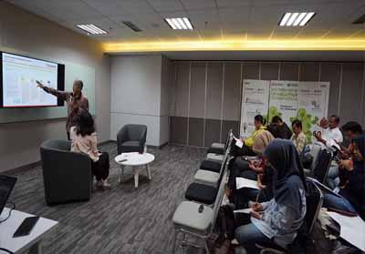 Agus Purnomo, Managing Director Sustainability and Strategic Stakeholders Engagement, Sinar Mas Agribusiness and Food (berdiri) menjelaskan pencapaian keberlanjutan (sustainability) perusahaan kepada jurnalis yang berlangsung pada 20 Agustus 2019 di CoHive Jakarta Pusat.