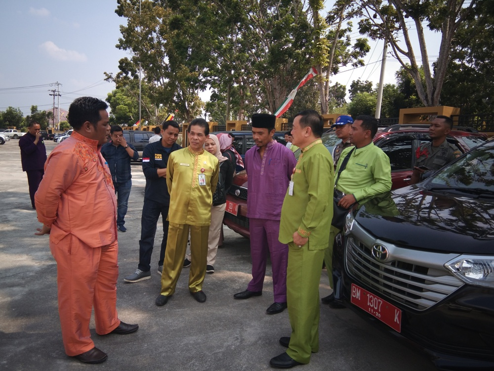 Wabup Halim didampingi Sekda Dianto Mampanini dan Kepala BPKAD Hendra saat meninjau mobnas yang sudah dikumpulkan.