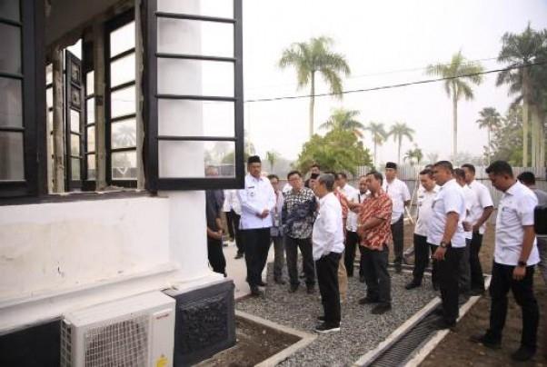 Gubernur Riau, Syamsuar saat meninjau pemugaran Istana Peraduan yang berada di dalam Komplek Istana Asserayah Al Hasyimiyah Siak Sri Indrapura.