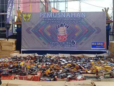 Rokok dan Miras ilegal senilai Rp 10,9 miliar yang dimusnahkan.