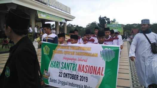 Suasana Puncak peringatan Hari Santri Nasional (HSN) ke-4 Tingkat Provinsi Riau dipusatkan di Pasir Pangaraian, Rohul berlangsung meriah, yang dihadiri Gubri Syamsuar, Kapolda, Bupati Rohil, Forkompinda dan belasan ribu santri di Riau.