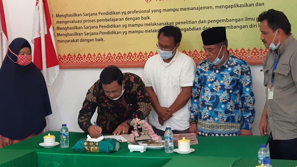 PT RAPP serahkan beasiswa kepada mahasiswa kurang mampu di wilayah sekitar operasional perusahaan di Kecamatan Merbau, Pulau Padang, Meranti.