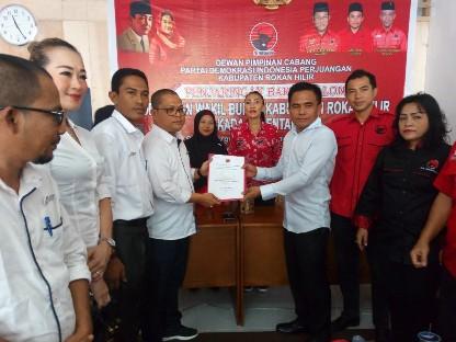 Cutra Andika mengembalikan formulir pencalonan bakal calon bupati, Selasa (17/9/2019) di Bagansiapiapi.