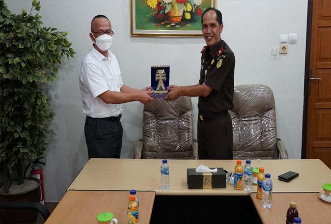 Kajati Jambi saat menerima manajeman PLN UIP Sumbagteng.