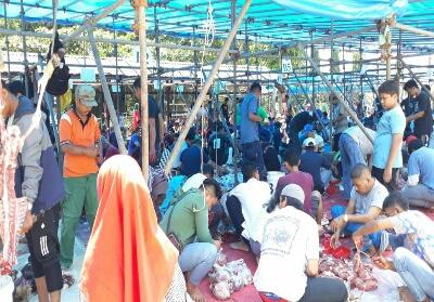 Suasana pemotongan daging kurban di Riau Kompleks PT RAPP.