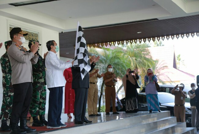 Gubernur Riau Syamsuar melaunching Operasi Pasar.