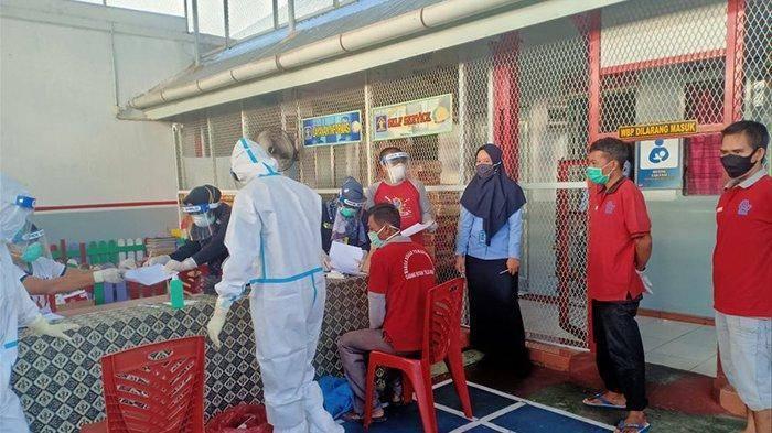 Tes swab di Lapas kelas II B Teluk Kuantan, Kuansing pada Senin (10/8/2020)