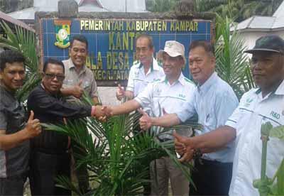 Head Sustainability Operation & CSR Asian Agri dan team mengunjungi areal kebun TKD bersama dengan Kepala Desa Petapahan, Abdul Cholil